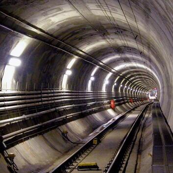 Tunnel mit Versorgungsleitungen