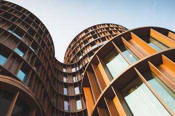 Modernes Bürogebäude aus der Vogelperspektive